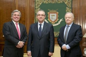 El alcalde de Pamplona recibe, en la Casa Consistorial, al embajador de Uruguay en España