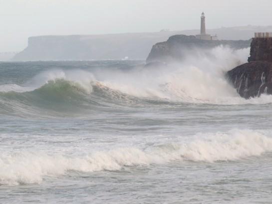 Un nuevo temporal por lluvias, fuertes vientos y olas gigantes mantiene a 44 provincias en alerta