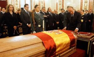 Los Reyes se despiden de Adolfo Suárez antes de que lo hagan los ciudadanos españoles