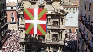 Indicios de delito por el despliegue de la ikurriña ante el ayuntamiento de Pamplona en el Chupinazo