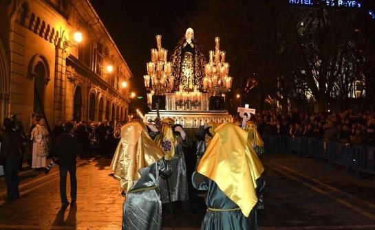 Cientos de fieles pamploneses acompañan a la Dolorosa