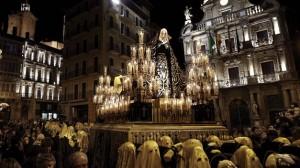 Mañana primera procesión pascual con el traslado de La Dolorosa desde San Lorenzo a la Catedral de Pamplona
