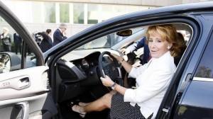 Esperanza Aguirre, al volante. ABC.