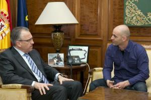 El alcalde recibe a Peio Ormazábal, que prepara el reto solidario de cruzar a nado el canal de Menorca