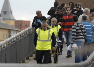 El cuerpo de Isabel Carrasco al ser retirado del lugar del crimen.EFE