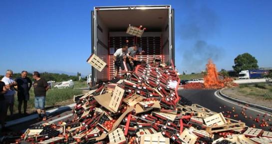 Agricultores franceses tiran y queman la fruta de camiones españoles en la frontera de Perpiñán