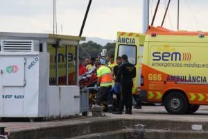 Los equipos de rescate trasladan al submarinista herido, este domingo en L'Estartit. (Elperiodico.com)