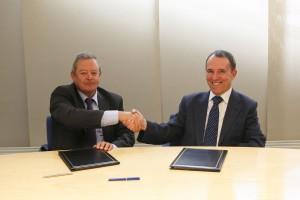 Luis Barriento, a la izquierda, junto a Julio Lafuente en el momento de la firma