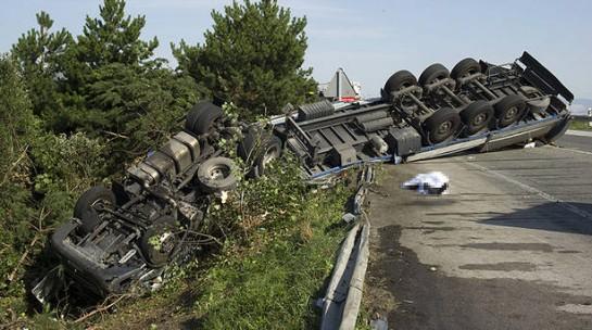 Un camionero muerto y un herido leve en un accidente múltiple en Erice