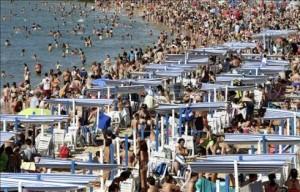Cientos de personas en la playa de La Concha de San Sebastián. EFE/