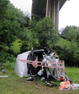 El vehículo ha caído desde una altura de unos 40 metros.(D.V.)