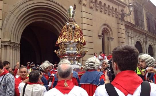 Pamplona celebra el día de San Fermín con la procesión del santo ante miles de personas