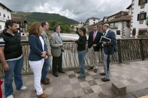 Las autoridades junto a la presa. Foto: Navarra.es.