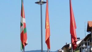 Las banderas, en el cruce de Zelai con San Juan. (Diario de Noticias).