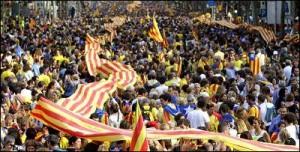 Una cadena humana por la independencia de Catalunya durante la Diada de 2013.- EFE