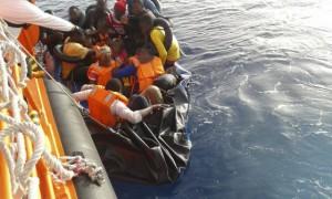 Rescatados de una balsa hinchable. (EFE).