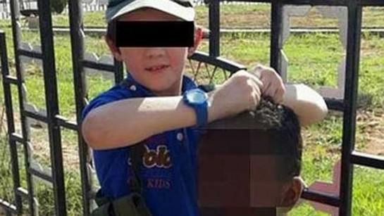 """Un australiano yihadista """"convertido"""" publica una foto de su hijo con la cabeza decapitada de un soldado"""