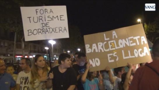 Clamor popular en el barrio de La Barceloneta contra el turismo de borrachera y el alquiler turístico