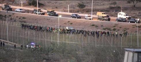 Más de 600 inmigrantes intentan sin éxito esta madrugada saltar la valla de Melilla