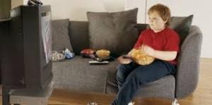 niño obeso viendo la tele