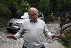 Jordi Pujol saliendo de su casa en Queralbs. (El País).