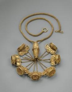 Collar de siete sellos de estilo fenicio del siglo VII antes de Cristo, la pieza forma parte del valiosoTesoro del Carambolo. / BRUCE M. WHITE
