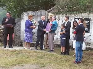 Silvestre Zubitur y vecinos de Leiza con la familia en la entrega de la placa.