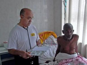 El hermano Manuel García Viejo junto a un paciente en Lunsar (Sierra Leona). Orden San Juan De Dios