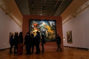 Un grupo de visitantes contempla 'La caza del tigre, el león y el leopardo', de Rubens, en el BOZAR de Bruselas.