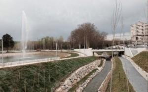 Vista de los chorros de agua del lago del nuevo parque de Arrosadia, que comunicará con el nuevo parque previsto en Azpilagaña (al fondo).