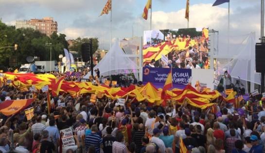 Miles de ciudadanos en la Diada contra la consulta soberanista en Tarragona