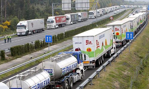 Los transportistas españoles amenazan con paros por el tijeretazo del céntimo sanitario