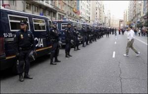 Furgones de antidisturbios.