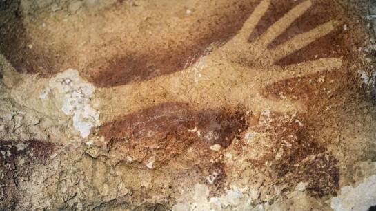 Descubren 12 pinturas rupestres de 39.900 años de antigüedad en Indonesia