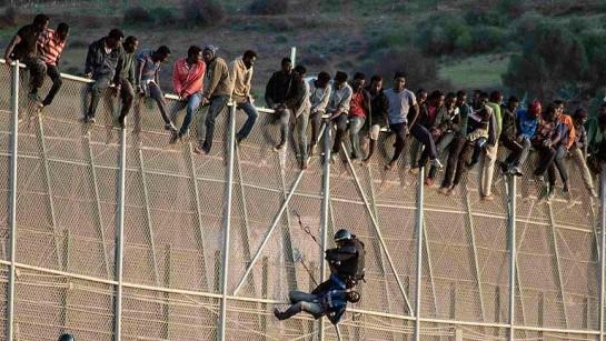 Decenas de inmigrantes tratan de saltar la valla de Melilla cerca del cementerio musulmán