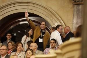 Una imagen de los que han proferido gritos de 'Viva España' en el Parlamento catalán. (Foto: ElPeriódico.com).