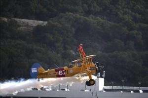 Un acróbata de 94 años sobrevuel Gibraltar atado a un avión