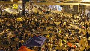 Activistas prodemocracia desafían a Hong Kong acampando fuera de la sede de gobierno