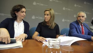 La ministra de Sanidad, Ana Mato (c), junto a la directora general de Salud Pública, Mercedes Vinuesa (i), y el director general de Atención Primaria de la Comunidad de Madrid, Antonio Alemany (d), en la sede del Ministerio (EFE)