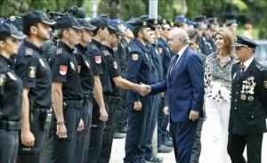 El ministro del Interior, Jorge Fernández Díaz (3º d), ha presidido hoy en Barcelona los actos de celebración del Día de la Policía de la Jefatura Superior de Policía de Cataluña. EFE