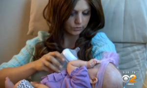 Ashley Bridges con su pequeña Paisley en brazos
