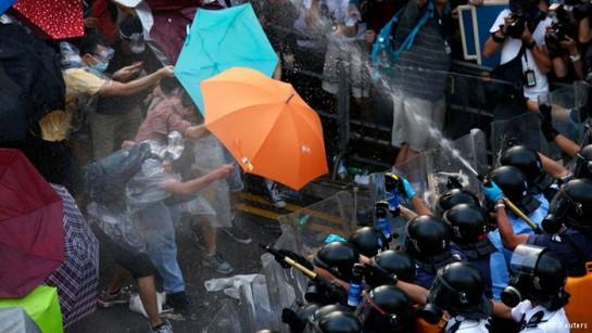 Truenos, relámpagos y lluvias torrenciales no enfrían la desobediencia civil en Hong Kong