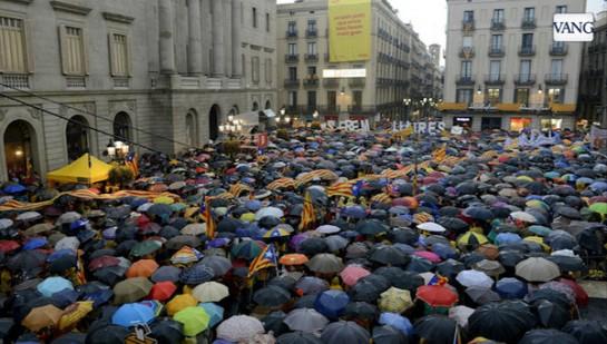 Miles de personas protestan ante ayuntamientos catalanes contra la suspensión de la consulta
