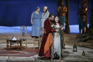 Hacen salir de sala de Ópera de París a espectadora con velo