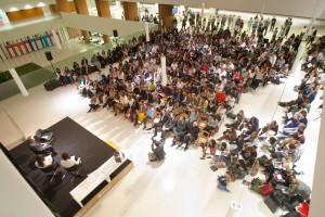 Más de 300 alumnos participan en la apertura del congreso Forun 2015, centrado en la amistad y la ciudadanía. En la tarima, el Prof. emérito de la UN, Rafael Alvira Foto: UNAV