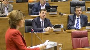 Jiménez y Lizarbe atienden al discurso de Barcina. (EFE).