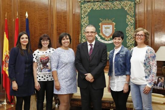 Enrique Maya recibe a las cinco emprendedoras del proyecto empresarial 'Konjunto'