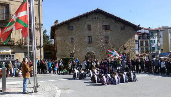 El TSJN ordena al Ayuntamiento de Alsasua que retire la ikurriña de un mástil puesto en la calle Zelai
