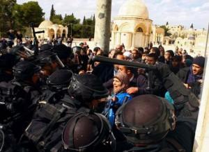 Un grupo de palestinos se enfrentan hoy a la policía israelí en la Explanada de las Mezquitas. / AFP