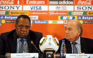 El presidente de la FIFA, Joseph S. Blatter (d), y Issa Hayatou (i), presidente de la Confederación Africana de Fútbol (CAF). EFE